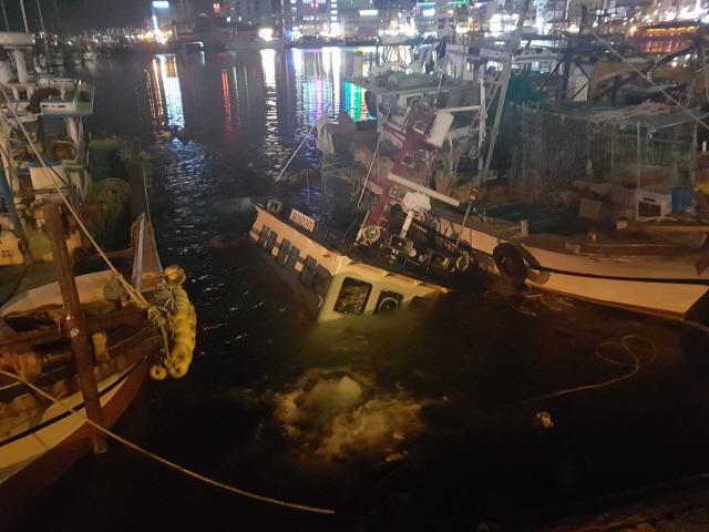 1(170221)통영해경, 통영 강구안 침몰선박 긴급 조치(사진2).jpg